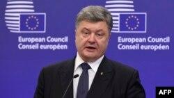 Президент України Петро Порошенко під час прес-конференції у Брюсселі. 16 грудня 2015 року