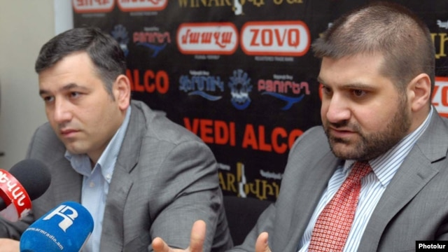 "Armenia - Editor-in-chief of the ""Zhamanak"" daily Arman Babajanian (R) at a news conference in Yerevan, 28Mar2011"