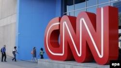 Люди у центрального офиса компании CNN в Атланте. Штат Джорджия, 26 августа 2014 года.