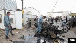 افغان پولیس د هغه ځای کتنه کوي چې نن پکې ځانمرګی برید وشو.۳ نومبر ۲۰۱۱م کال