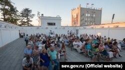 Сеанс у літньому кінотеатрі на Матроському бульварі, Севастополь, серпень 2020 року