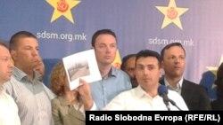 Zoran Zaev duke i paraqitur dokumentet lidhur me vdekjen e gazetarit Nikolla Mlladenov