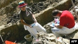 forenzičari na iskopavanju masovne grobnice u selu Budak, u blizini Srebrenice