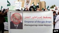 Катардағы Сирия азаматтары Ресей елшілігі алдында Кремльдің БҰҰ қарарына қойған ветосына қарсы акция өткізіп тұр. Доза, 7 ақпан 2012 жыл.