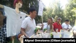 Активисты, выступающие против того, как проводятся предстоящие выборы мэра города Бишкека. Бишкек, 6 августа 2018 г.
