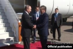 Путинни ҳам Тошкент аэропортида Мирзиëев кутиб олди.
