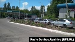 Черга до заправки в контрольованому бойовиками Донецьку