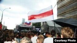 Флаг белорусской оппозиции на акции в Москве