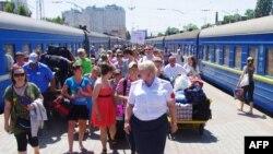 Люди на залізничній станції після прибуття з Луганська. Одеса, червень 2014 року