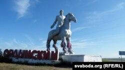 Коньнік на ўезьдзе ў Усьць-Арду з шаманскімі стужкамі