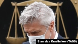 U.S. investor Michael Calvey was wearing a protective mask when he arrived at the Moscow City Court on May 7.