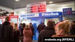 Ազգային տարադրամի արժեզրկման վտանգը բելառուսներին ստիպում է դոլար, եվրո, ինչպես նաև տարատեսակ ապրաքներ գնել, Մինսկ, 12 դեկտեմբերի, 2014թ.