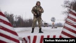 Український прикордонник у селищі Мілове, 2 грудня 2018 року