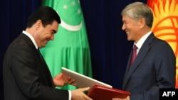 Ղրղըզստանի նախագահ Ալմազբեկ Ատամբաևը (աջից) և Թուրքմենստանի նախագահ Գուրբանգուլի Բերդիմուհամեդովը Բիշքեկում փաստաթղթերի ստորագրման արարողության ժամանակ, 5-ը օգոստոսի, 2015թ.