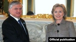 Armenia -- Foreign Minister Edward Nalbandian meets with U.S. Secretary of State Hillary Clinton in London on January 28, 2010.