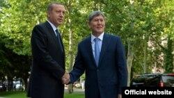 Кыргызстандын президенти Алмазбек Атамбаев менен Түркия прмьери Режеп Тайип Эрдоган.