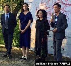 Куратор выставки Айгерим Капар (вторая справа) и аким района Сарыарка Ергали Егемберды (первый справа), Нур-Султан, 25 июня 2019 года.