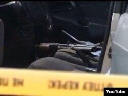 Таразда шабуыл болған жерде полиция тексеріп жатқан автокөліктің ішіндегі қару. 12 қараша 2011 ж.