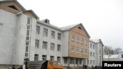 Будівельники запрацювали на школі в Тинному якраз у день приїзду депутатів. Фото 11 грудня 2009 року