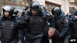 Силовики затримають чоловіка в центрі Москви, 2 квітня 2017 року