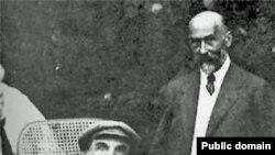 Напівпаралізований Ленін у візочку. Горки під Москвою, Росія, літо 1923 року.
