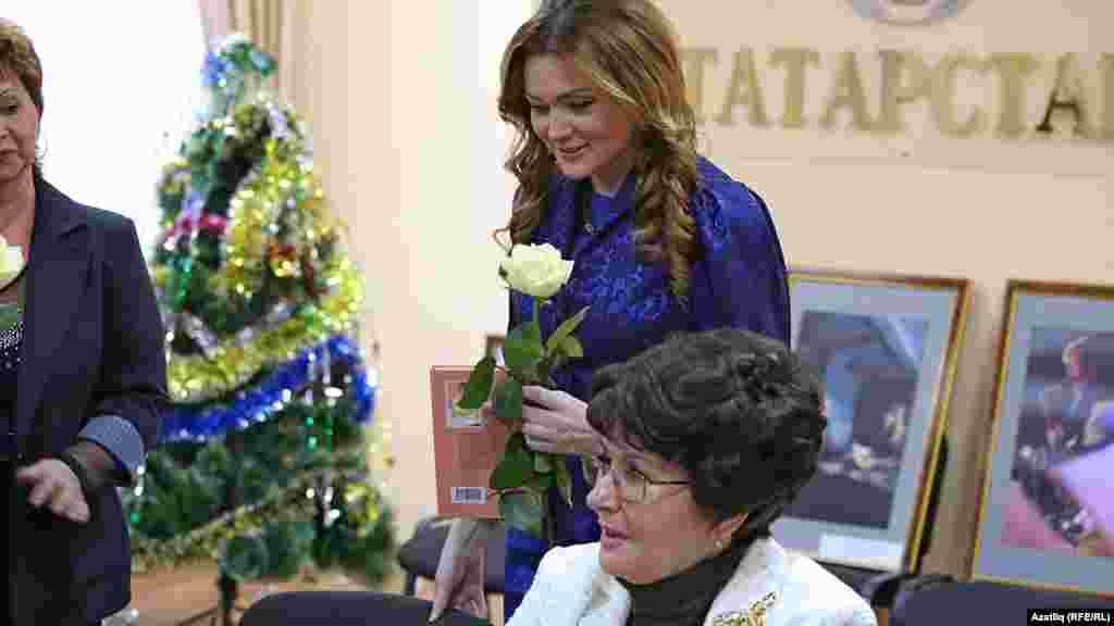 (у) Билгеле телевидение алып баручылары Лия Заһидуллина, Эльза Әхмәтҗанова