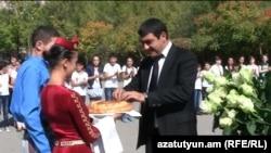 Карапет Гулоян во время предвыборной встречи, состоявшейся в средней школе N10 города Абовяна, 19 сентября 2012 г.