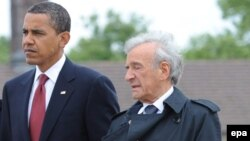 الی ویزل (Elie Wiesel) نویسنده برنده جایزه نوبل ادبیات، به همراه باراک اوباما، رئیسجمهوری آمریکا.