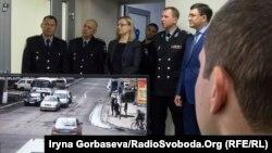 Татьяна Ломакина (от нее слева направо) Вячеслав Аброськин и Вадим Бойченко наблюдают за ходом операции по спасению ребенка