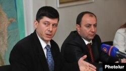 Пресс-секретарь партии «Наследие» Овсеп Хуршудян (слева) на пресс-конференции, Ереван, 19 февраля 2013 г.