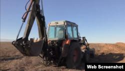 Трактор засипає укріплення угруповання «ДНР» поблизу Петрівського, листопад 2019. Youtube-канал Patrick Lancaster
