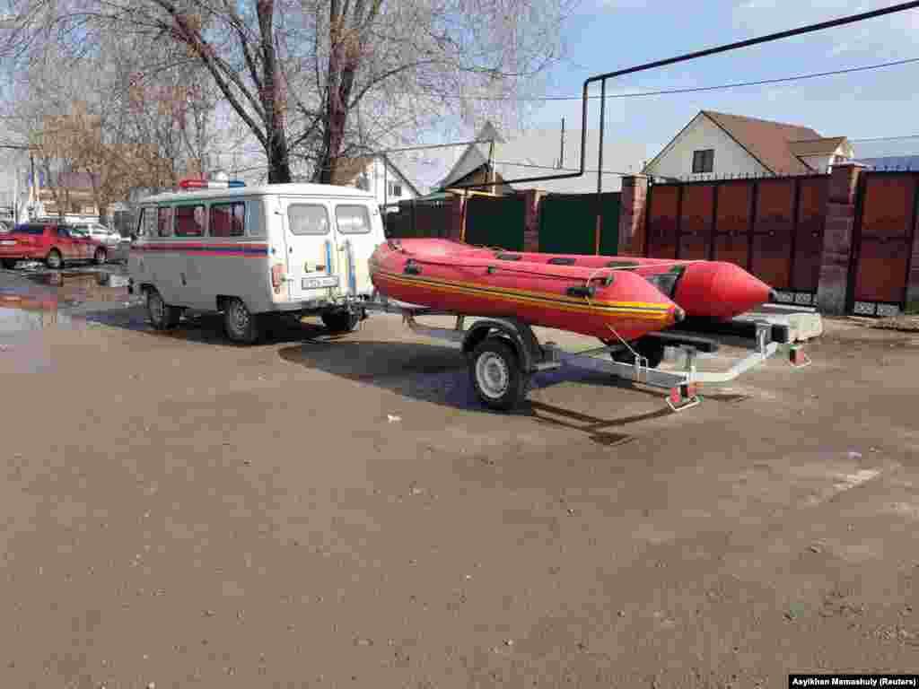 Спасательная лодка, привезенная в поселок на случай необходимости.