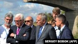 Немис тышкы иштер министри Франк-Вальтер Штайнмайер (солдон экинчи) жана анын жанындагы француз кесиптеши Жан-Марк Эро.