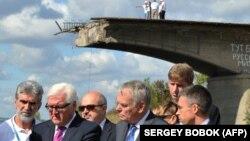 Министр иностранных дел Германии Франк-Вальтер Штайнмайер (второй слева) и министр иностранных дел Франции Жан-Марк Эйро во время визита в Славянск. Донецкая область, 15 сентября 2016 года.