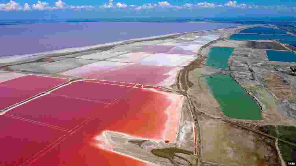 Причина окрашивания воды в необычный цвет – микроводоросли, которые растут на дне водоема. Они реагируют на смену погодных условий и окрашивают воду в один из оттенков розового. Больше фотографий соленого озера– в фотогалерее