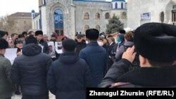 Активисты у мечети в городе Актобе. 27 февраля 2020 года.