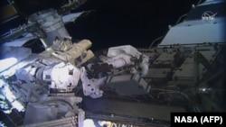 Американските космонаутки Кристина Кох и Џесика Меир надвор од Меѓународната вселенска станица