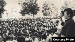 Кыргызстан демократиялык кыймылынын (КДК) Бишкектеги митинги. 1991-жыл. Архивдик сүрөт.