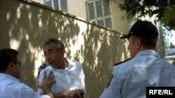Polis ona yaxın piket iştirakçısına səfirliyin binası qarşısına keçməyə belə imkan verməyib