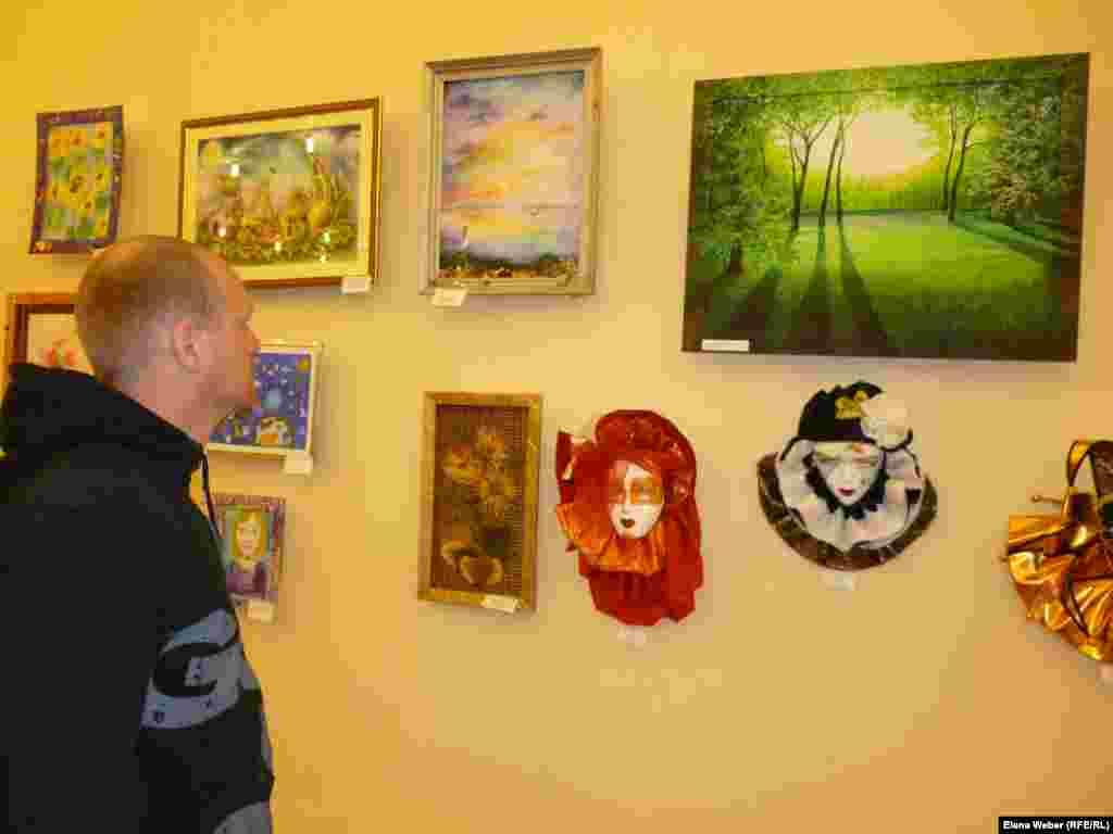 Посетитель выставки Сергей Смирнов заинтересовался некоторыми работами, чтобы в дальнейшем купить их. Особенно ему понравились театральные маски, выполненные из папье-маше.