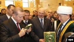 Реджеп Тайїп Ердоган (л) і президент Білорусі Олександр Лукашенко (с) під час відкриття мечеті, Мінськ, 11 листопада 2016 року
