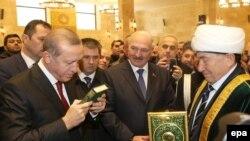 Recep Tayip Erdoğan ve Belorusiye prezidenti Aleksandr Lukaşenko cami açılışındalar, Minsk, 11 noyabr 2016 senesi