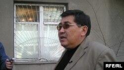 """Ермұрат Бапи """"Тасжарған"""" газеті редакциясының терезесіне әлдекімдердің оқ атқанын айтып тұр. Алматы, 1 сәуір 2008 ж."""