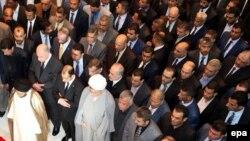 نواب عراقيون يصلون على روح زميل لهم قتل في تفجير
