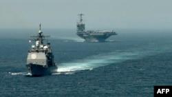 Американський ракетний крейсер USS Gettysburg (CG 64) та авіаносець USS Harry S. Truman (CVN 75) йдуть транзитом через Гібралтарську протоку до Середземного моря, 3 вересня 2013 року