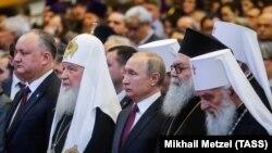 Президент России Владимир Путин (в центре) на мероприятии по случаю 10-летия Поместного собора. Москва, 31 января 2019 года.