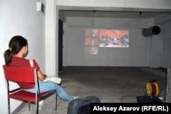 Фильмді өнер галереяларының бірінің жертөлесінде көрсетті. Алматы, 31 тамыз 2016 жыл.