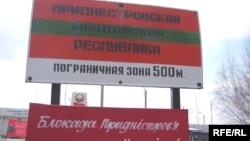 """""""Blocada Transnistriei nu face cinste Ucrainei"""" - inscripţie la un punct de trecere transnistrean în direcţia Ucrainei, 10 martie 2006, după introducerea de către Kiev și Chișinău a noilor reguli vamale pentru exportatorii din stânga Nistrului."""