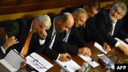 Премьер-министр Чехии Иржи Руснок (второй слева) во время парламентского заседания. Прага, 7 августа 2013 года.
