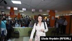 Беларус прездентлигига номзод Светлана Тихановская овоз бермоқда, 9 август, 2020 йил.